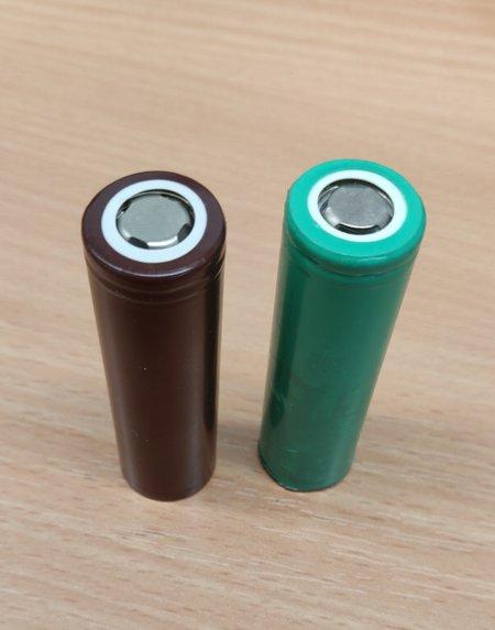 Kuvassa kahden eri valmistajan 18650-akkuja