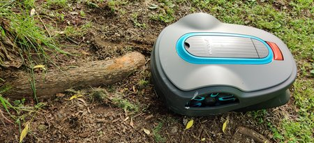 Gardenan robottiruohonleikkuri jumissa puun juuren päällä, kuva 2