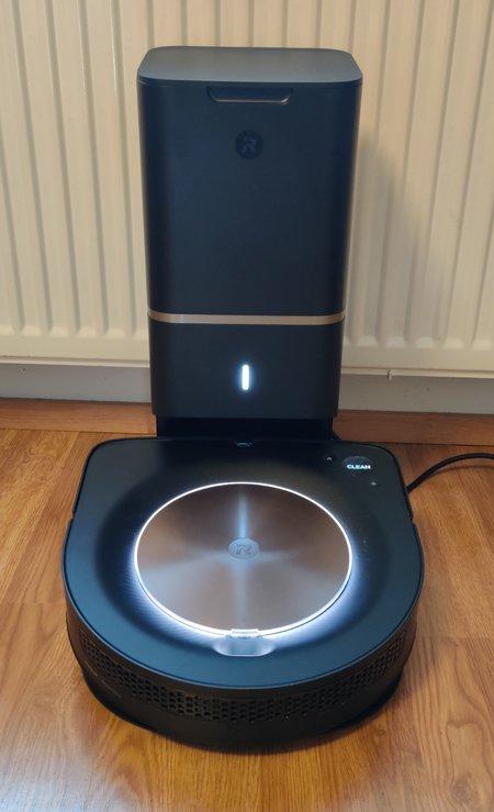 Roomba s9+ latautumassa Clean Base -latausasemassa