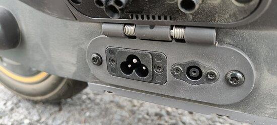 Segway MAX G30 -sähköpotkulaudan latausliitin löytyy luukun alta laudan alareunasta