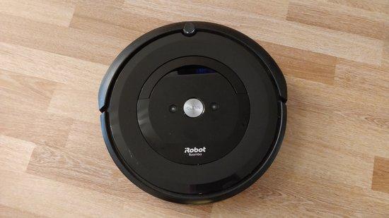Roomba e5 ylhäältä kuvattuna
