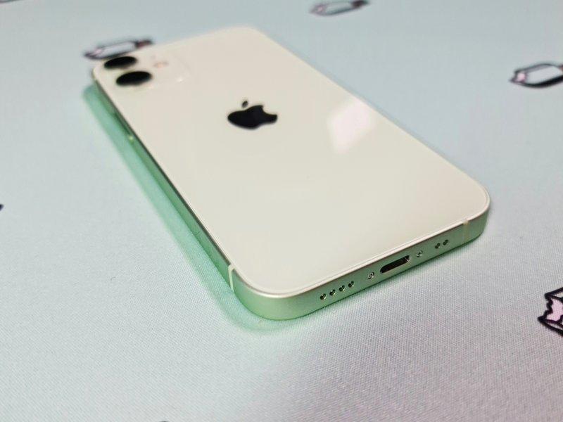 iPhone 12 minin lightning liitäntä