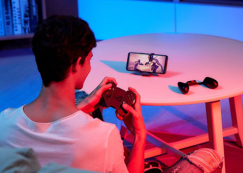 Rog Phone 3 puhelimen voi asettaa pöydälle ja peleta ohjaimella