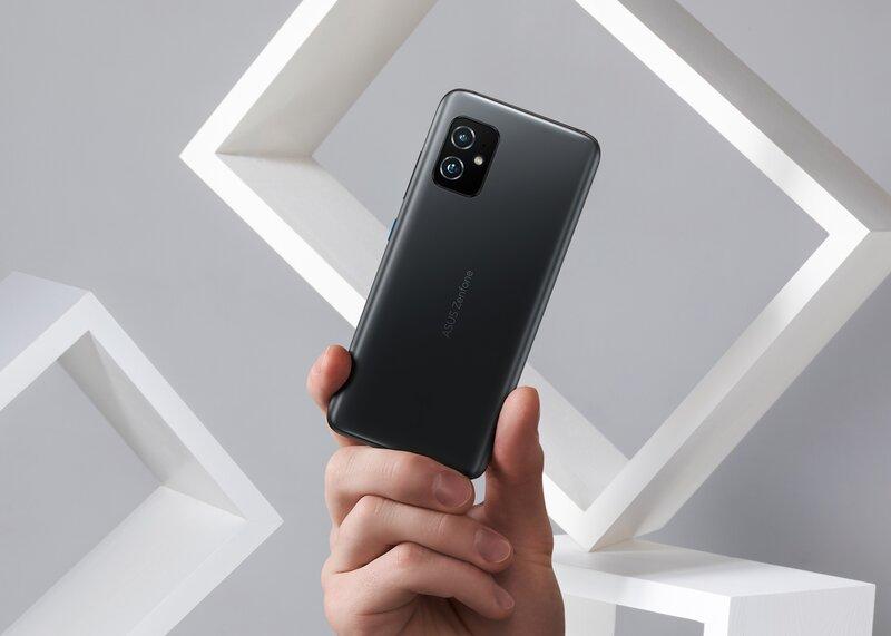 Zenfone 8 puhelin sormien välissä