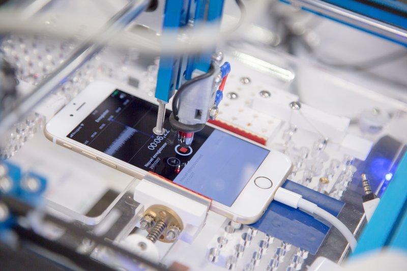 kunnostettu älypuhelin Back Marketin testauksessa