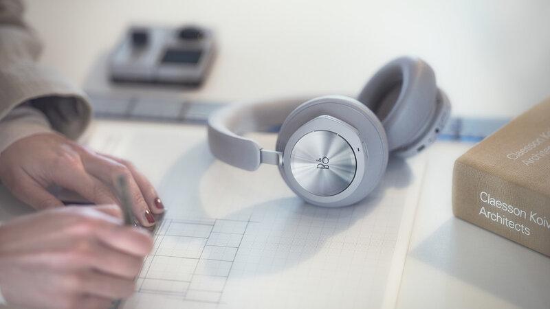 Beoplay Portal kuulokkeet pöydällä