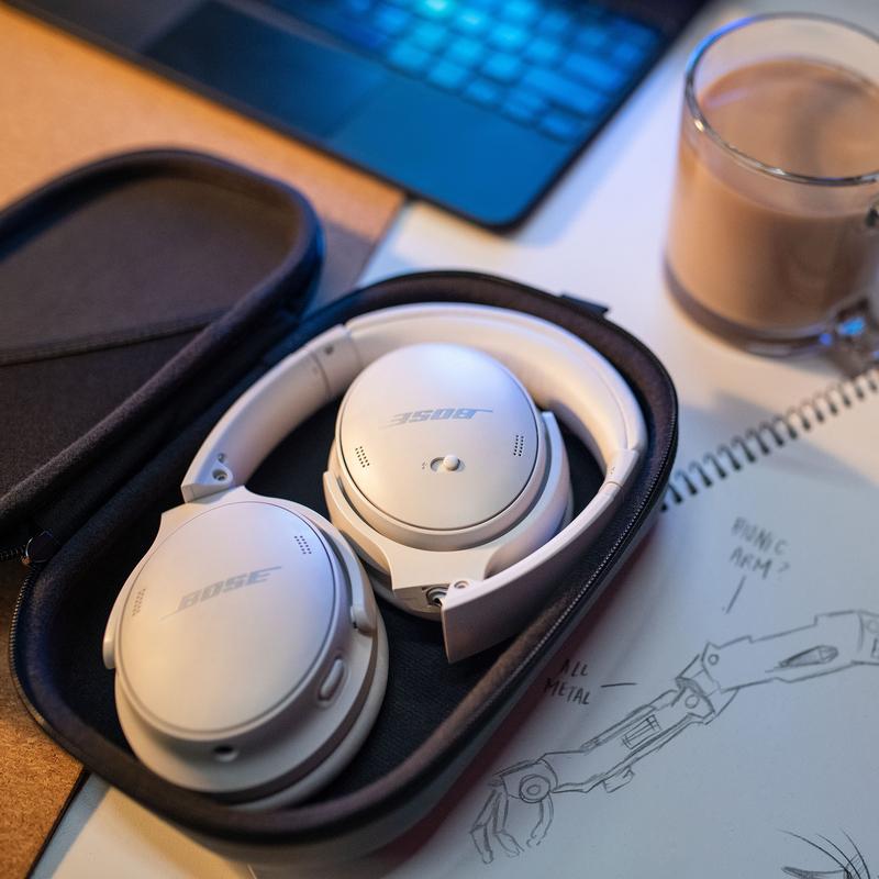 valkoiset QC45 kuulokkeet kotelossa