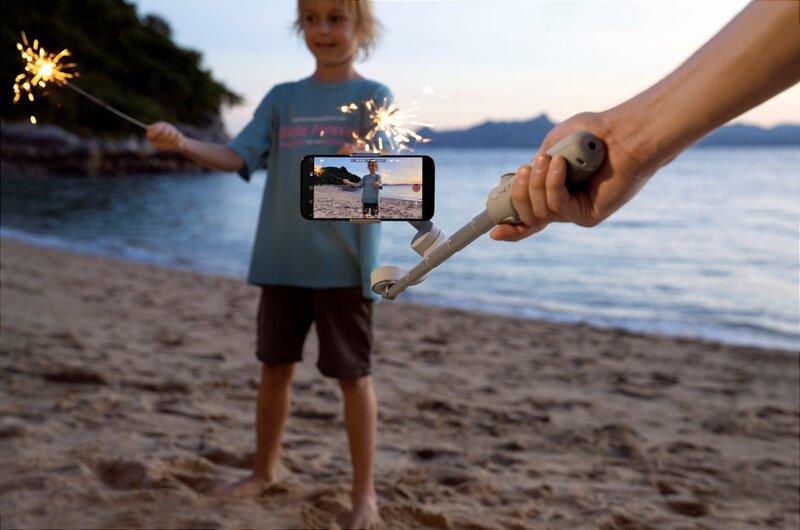 DJI OM 5:n jatkovarsi pitkällä kuvaamassa lasta pitämässä tähtisädetikkua kädessään