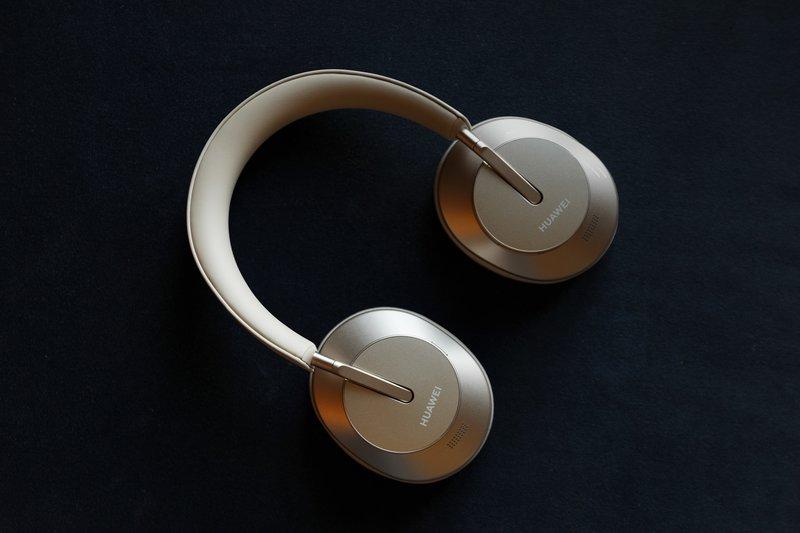 Huawein FreeBuds Studio kuulokkeet kultaisessa värissä