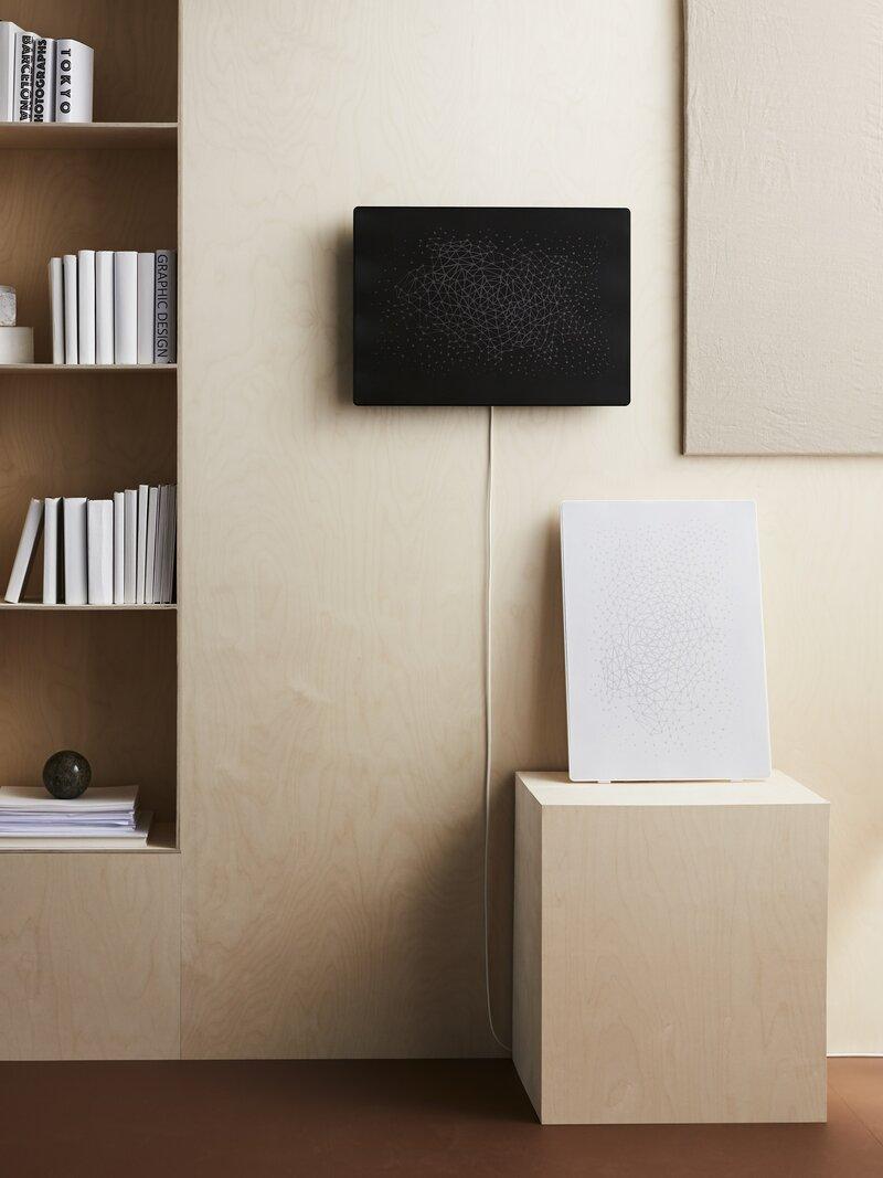 musta SYMFONISK-kehyskaiutin seinällä kirjahyllyn vieressä