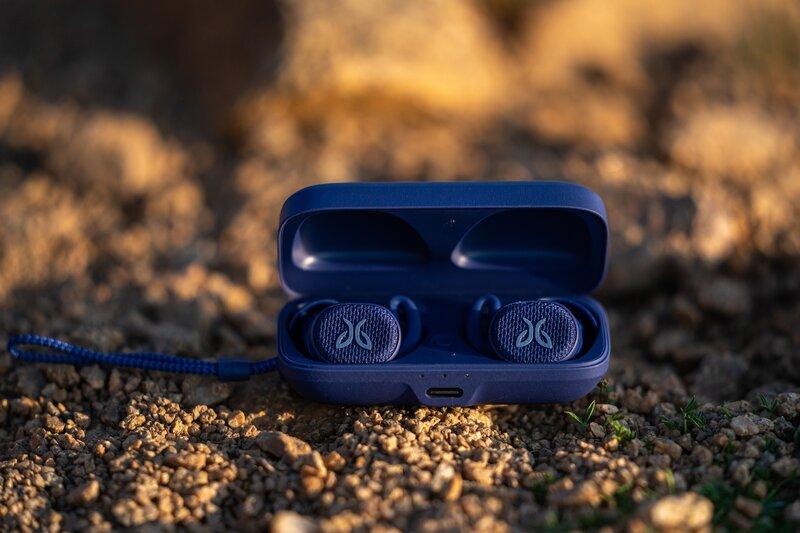Vista 2 kuulokkeiden sininen kotelo avoinaisena maassa