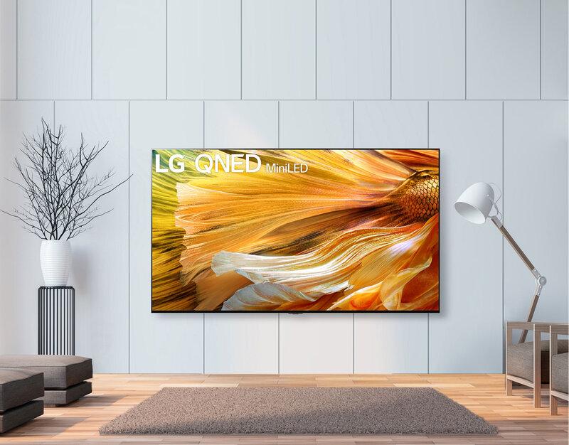 LG:n 8K Qned mini led älytelevisio ripustettuna vaalealle seinälle