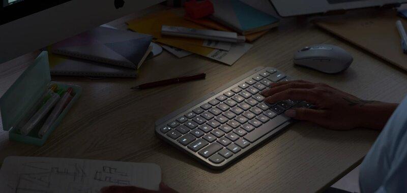 MX Keys Minin näppäimistön taustavalaistus käytössä himmessä valaistuksessa