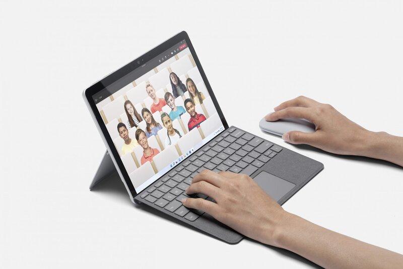 henkilö käyttämässä Teamsia Surface Go 3 kannettavalla