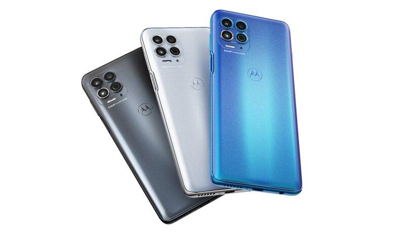 Moto G100 puhelin takaapäin kuvattuna eri väreissä