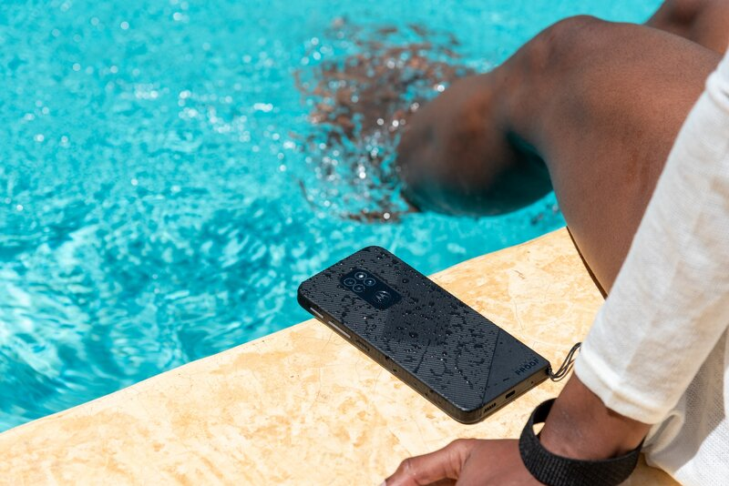 defy-puhelin uima-altaan reunalla