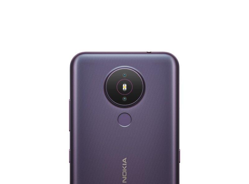 Nokia 1.4 puhelimen takana on kameroiden lisäksi sormenjälkilukija