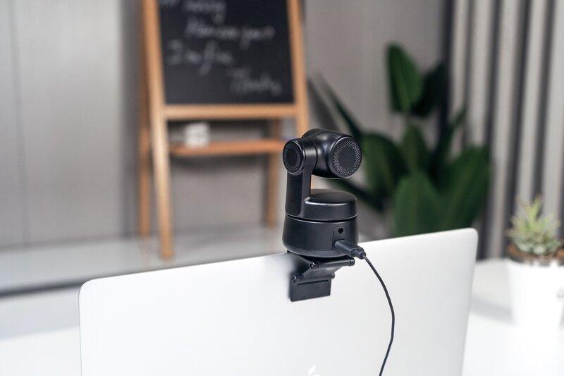 OBSBOT Tiny kamera kannettavan näytön päällä