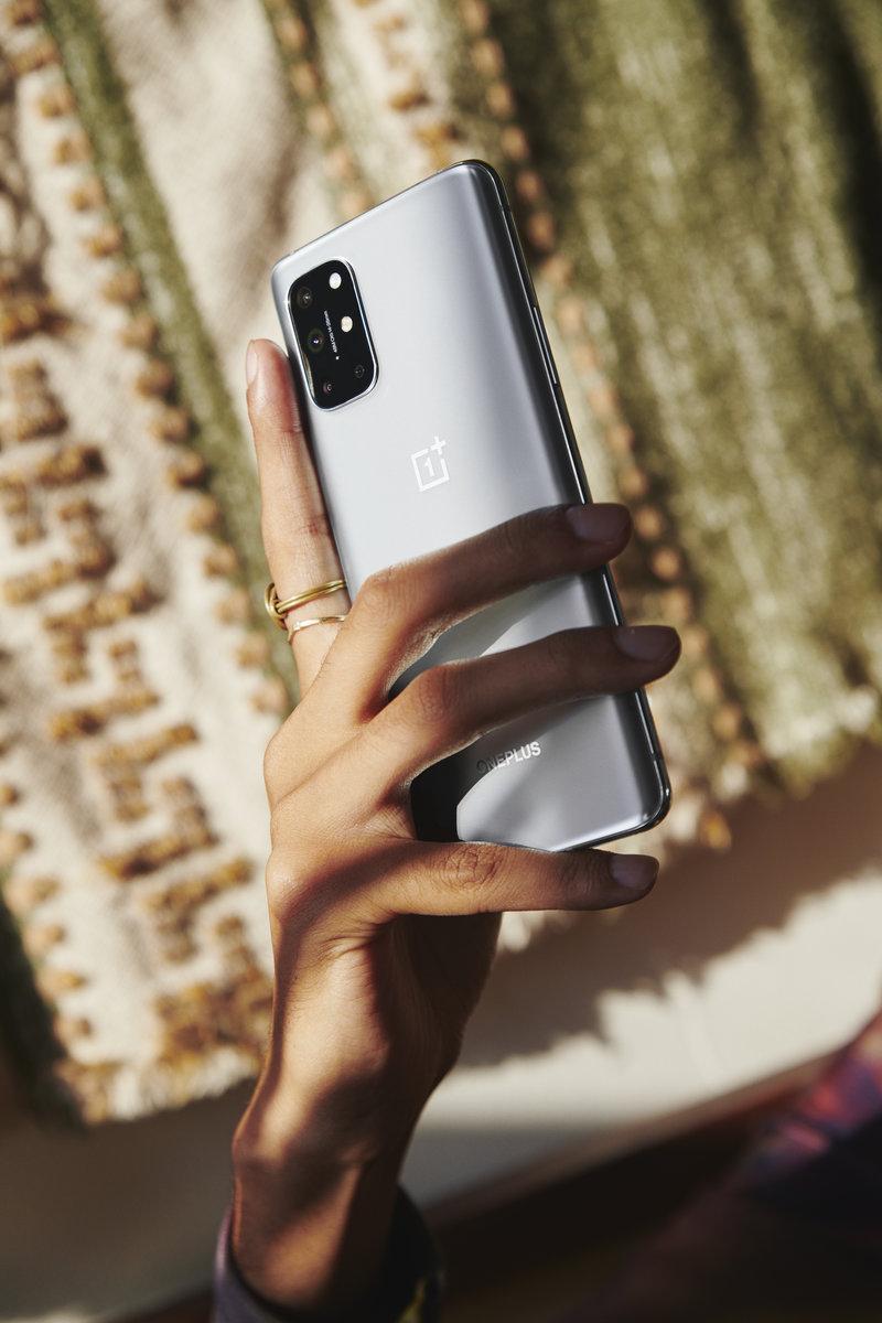OnePlus 8T hopeassa värissä kädessä