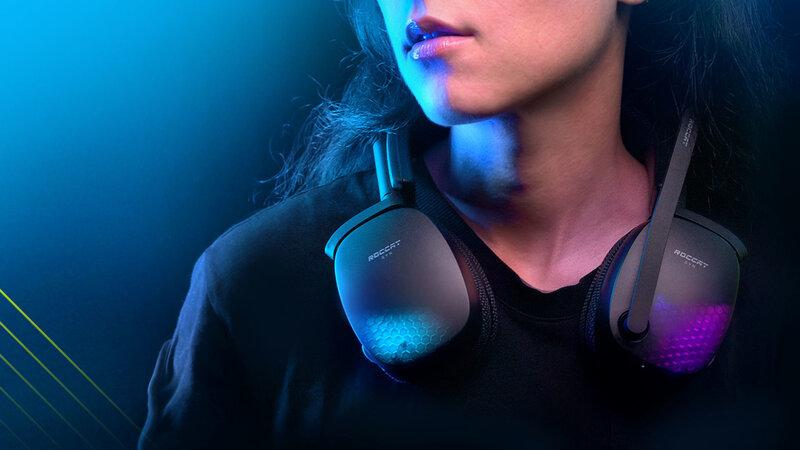 Syn Pro Air kuulokkeet taitettuna henkilön kaulalla