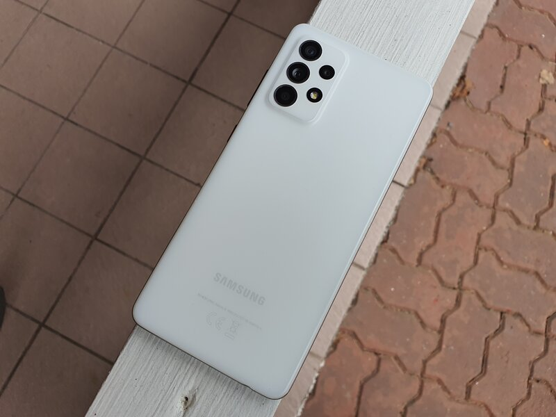 Galaxy A52 5G valkoisessa värissä
