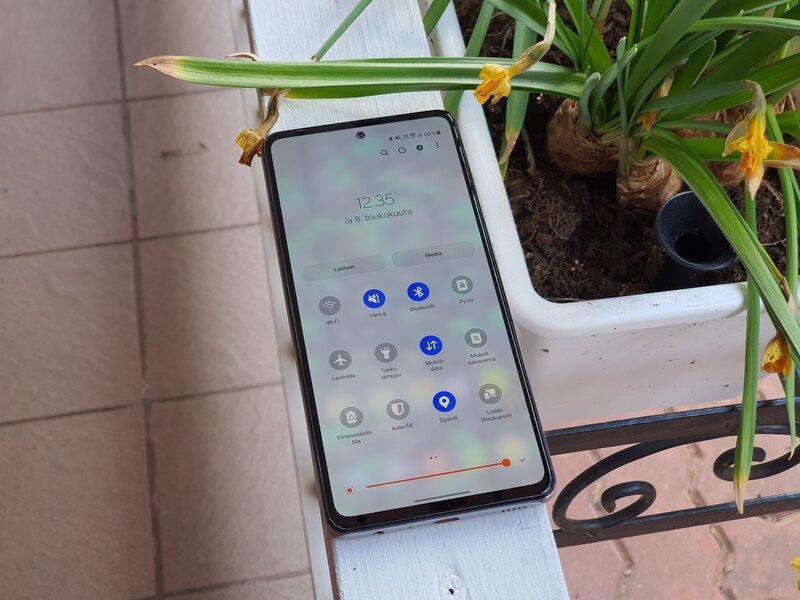 Galaxy A52 5G puhelin näyttö päällä