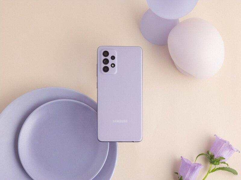 Galaxy A52 puhelin takaa kuvattuna Awesome Violet värissä