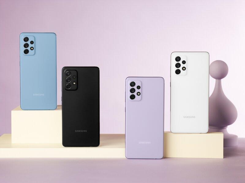 Neljä Galaxy A72 puhelinta eri väreissä