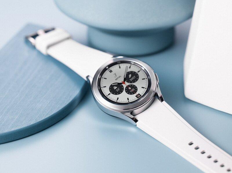 Galaxy watch4 classic valkoisessa värissä