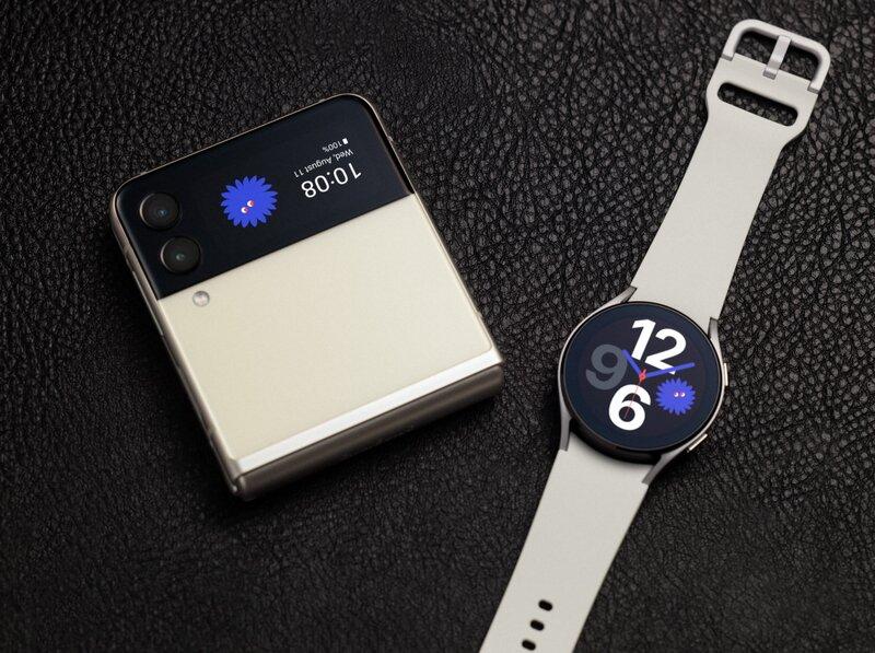 Galaxy Flip 3 yhdessä galaxy watch 4 älykellon kanssa