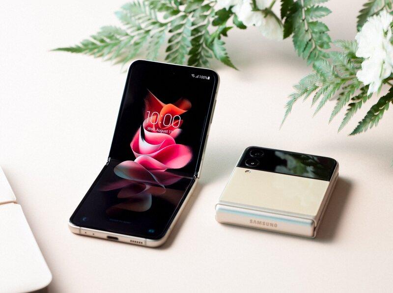Galaxy Z Flip 3 avattuna ja suljettanu pöydällä