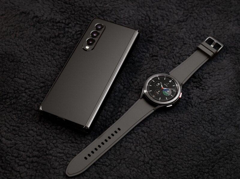 Galaxy Watch 4 classic yhdessä musta z fold3 puhelimen kanssa