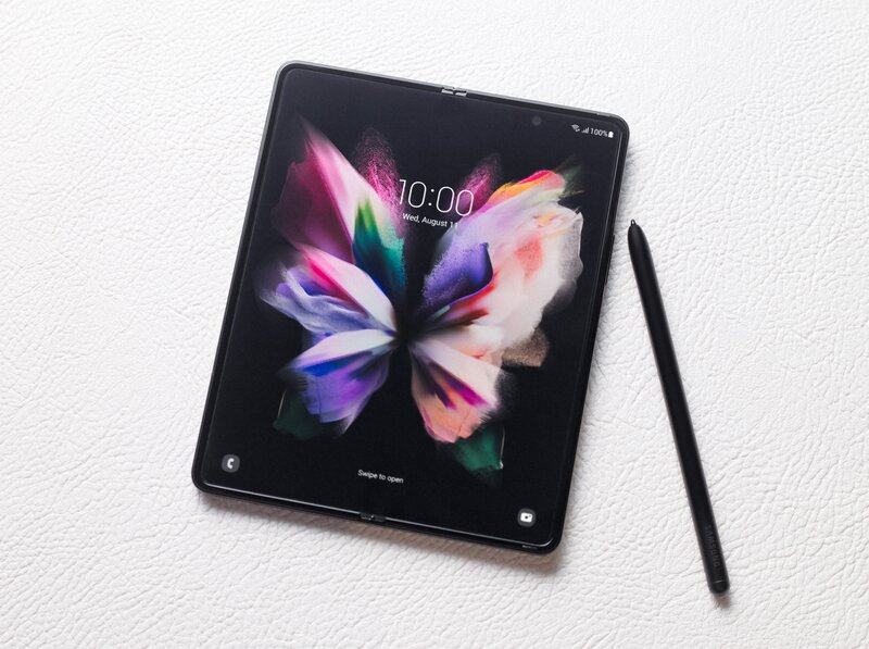 Galaxy Z Fold 3 avattuna yhdessä S Pen kynän kanssa