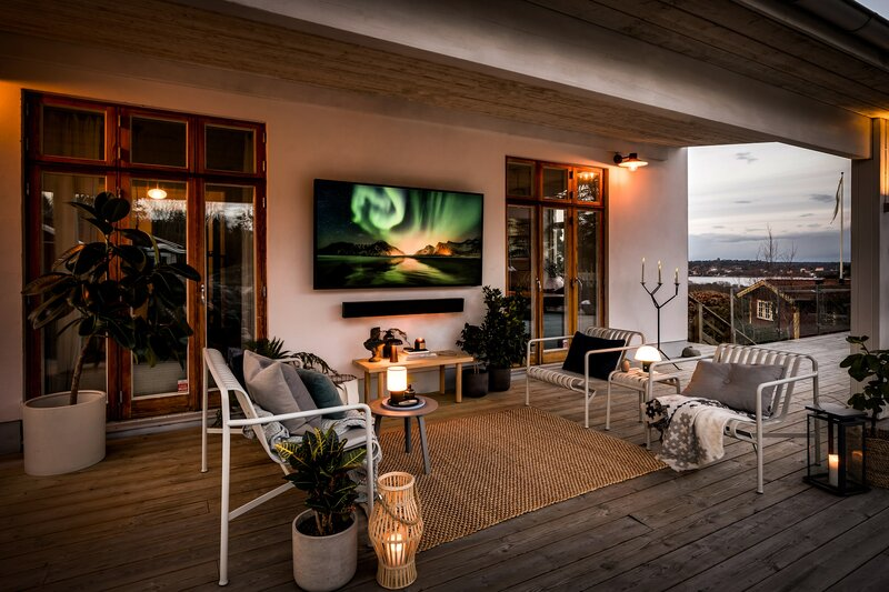 The Terrace televisio ulkona seinään kiinnitettynä