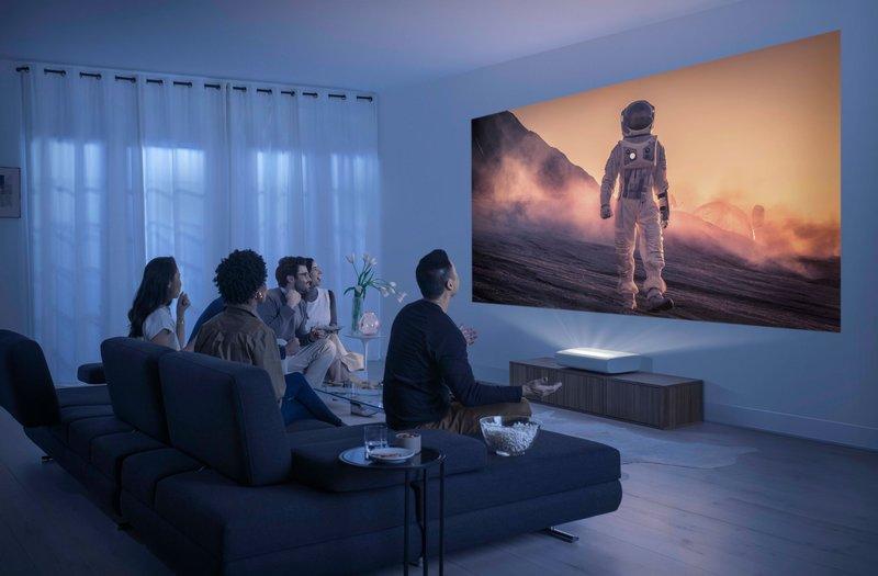 Samsung The Premiere projektori heijastamassa kuvaa seinälle
