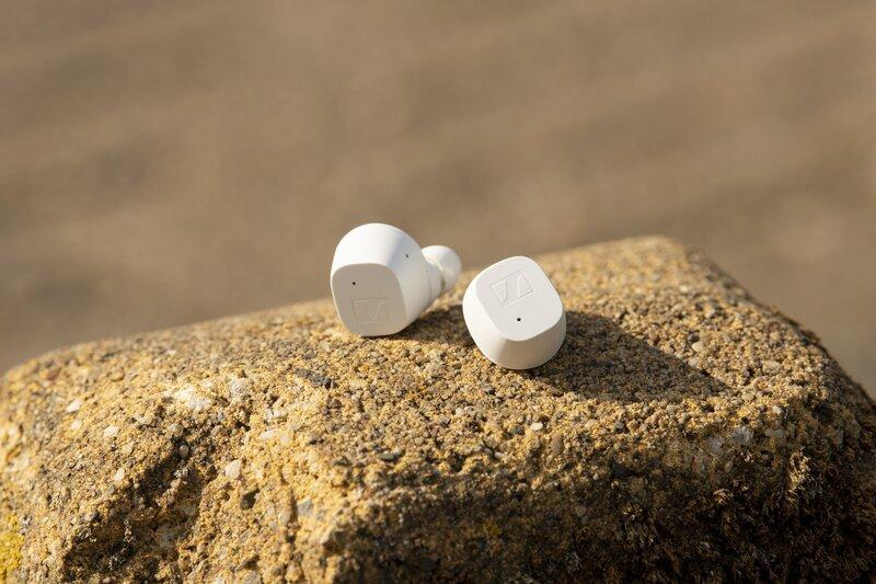 Valkoiset CX True Wireless kuulokkeet vaalean kiven päällä