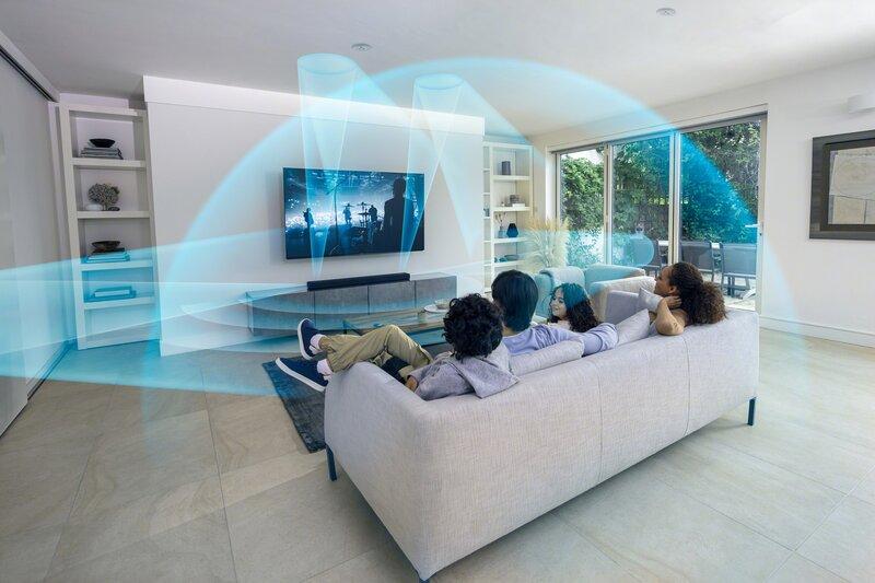 HT-A5000 luomassa virtuaalisen surround-äänikentän sohvalla istuvalle perheelle