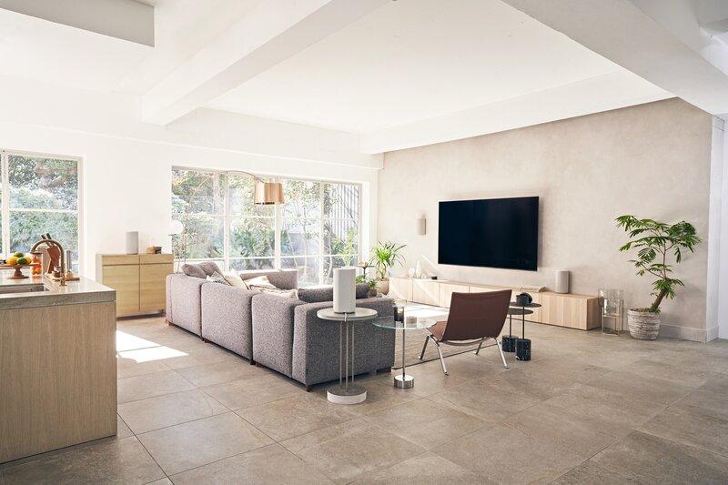 HT-A9 kotiteatterijärjestelmä asennettuna eri puolilla vaaleaa huonetta