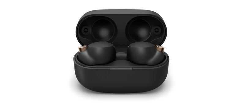 mustat WF-1000XM4 kuulokkeet kotelossa jonka kansi on auki
