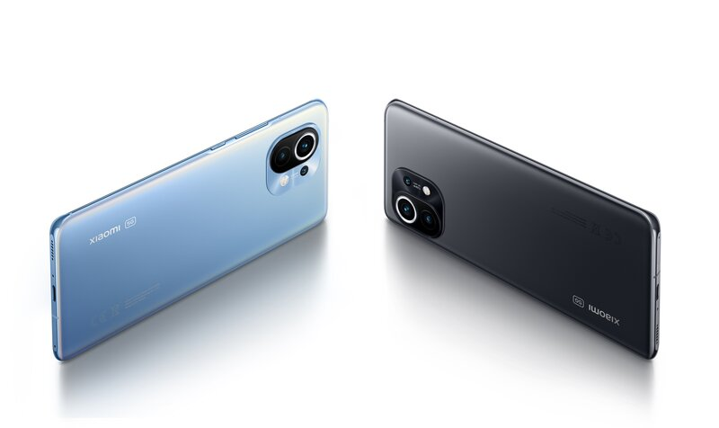 Xiaomi Mi 11 puhelin sinisessä ja mustassa värissä