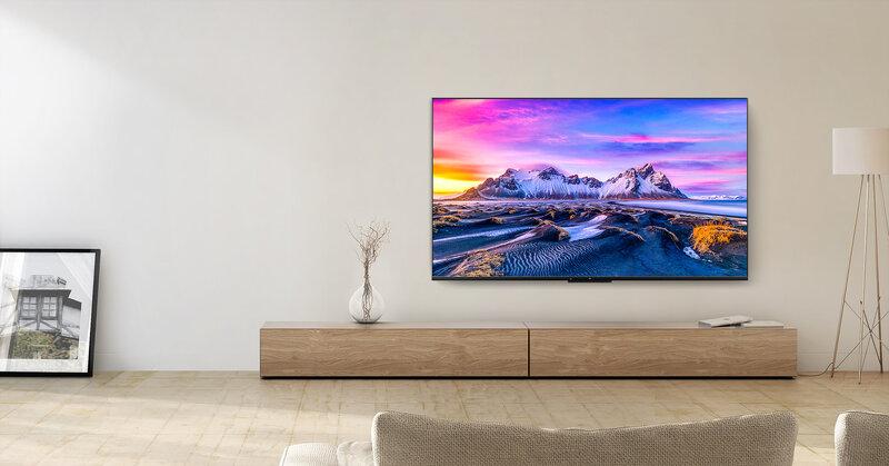Mi TV P1 malliston televisio asetettuna seinälle pöytätason yläpuolelle