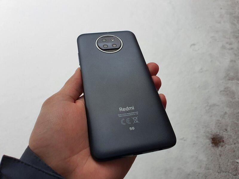 Redmi Note 9T puhelin kädessä