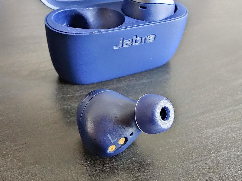 Jabra Elite Active 75t, pöydällä