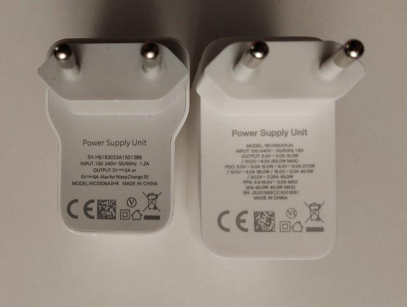 OnePlus 8T laturi ja rinnalla OnePlus 8 laturi