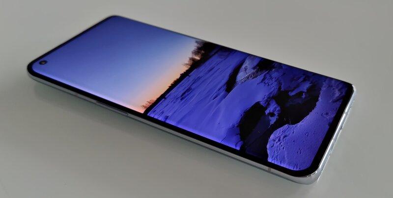 OnePlus 9 Pro edestä, näyttö päällä