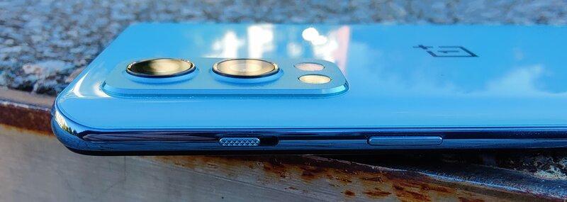 OnePlus Nord 2 oikea kylki, jossa OnePlussan kolmivaiheinen värinätilan valitsin