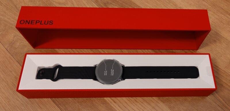 OnePlus Watchin myyntipakkaus avattuna