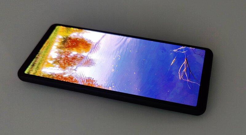 Sony Xperia 10 III pöydällä