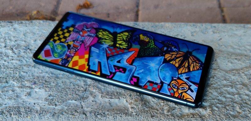 Sony Xperia 5 III näyttö, graffiti kuvassa