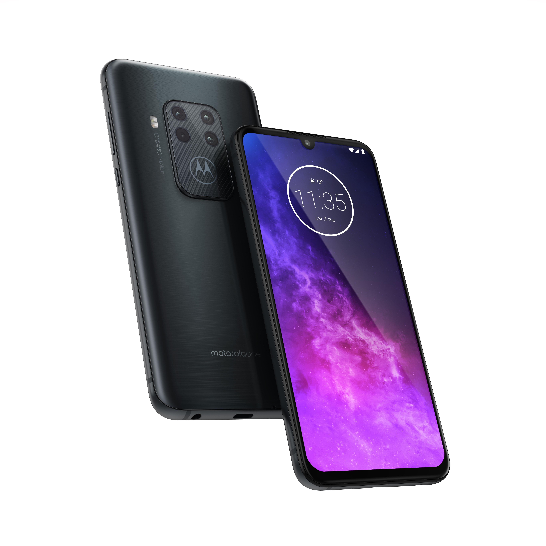 Motorola One Zoom kuvattuna edestä ja takaa